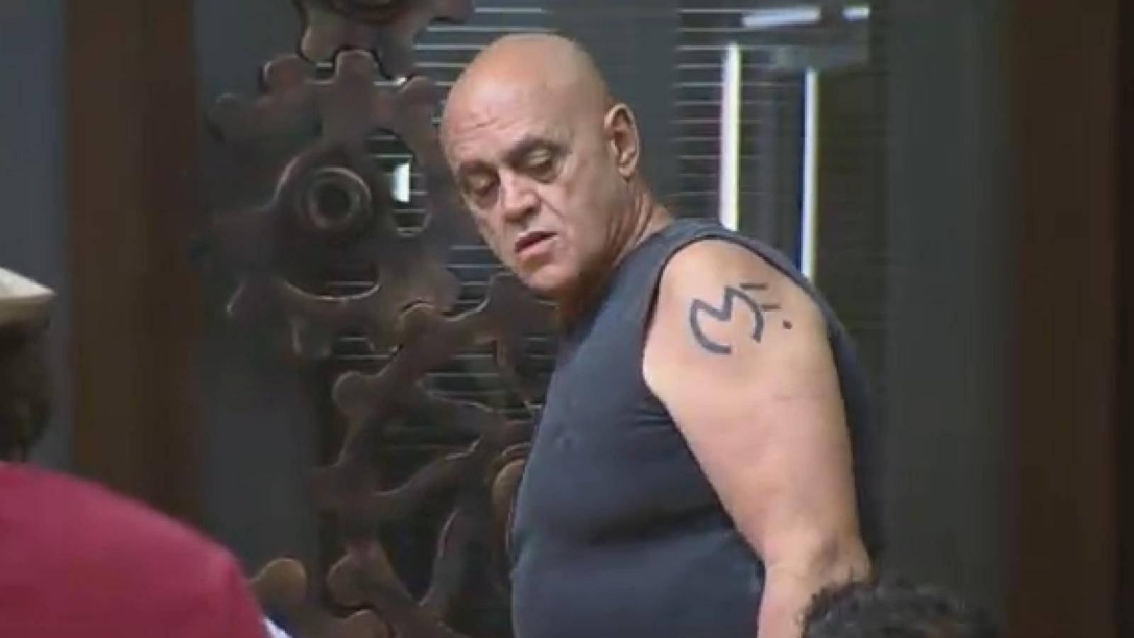 16.set.2014 - Oscar Maroni exibe tatuagem no braço esquerdo em