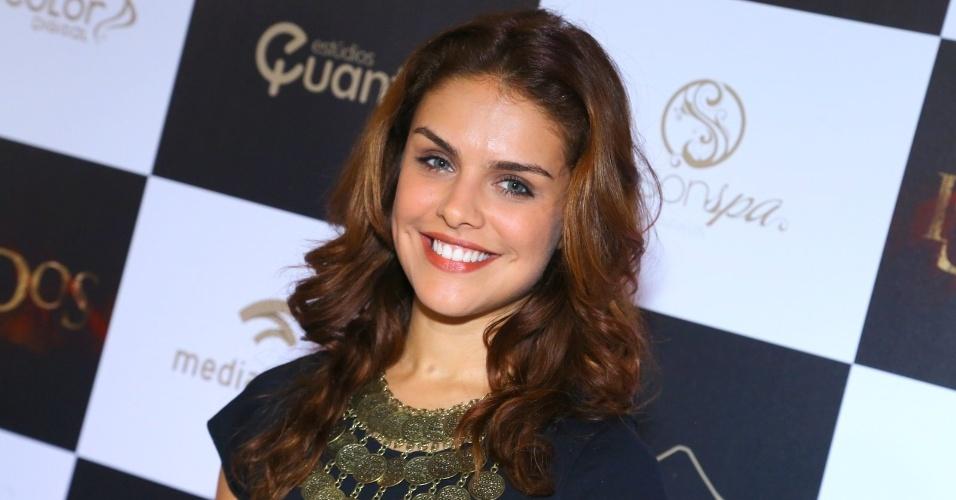 16.set.2014 - Toda sorridente, Paloma Bernardi marca presença na pré-estreia do filme