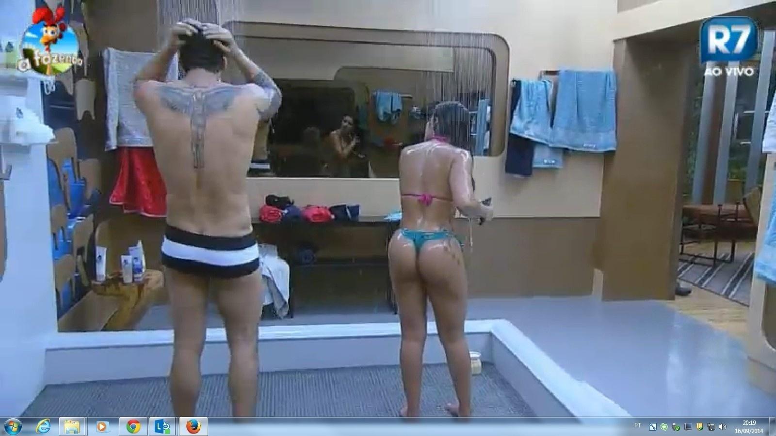18.ago.2014 - Além do braço tatuado, Léo Rodriguez também tem uma figura de Jesus Cristo alado tatuada nas costas