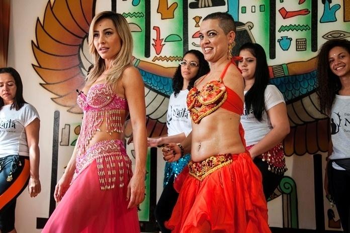 Com roupa de odalisca, Sabrina Sato faz aula de dança do ventre em seu programa
