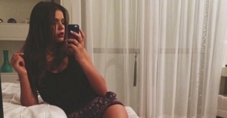 19.set.2014- Bruna Marquezine exibe belas pernas em selfie e é elogiada por fãs no Instagram