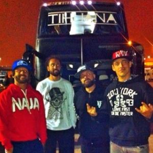 Músicos do Tihuana posam em frente a ônibus antes do acidente em Camanducaia (MG)