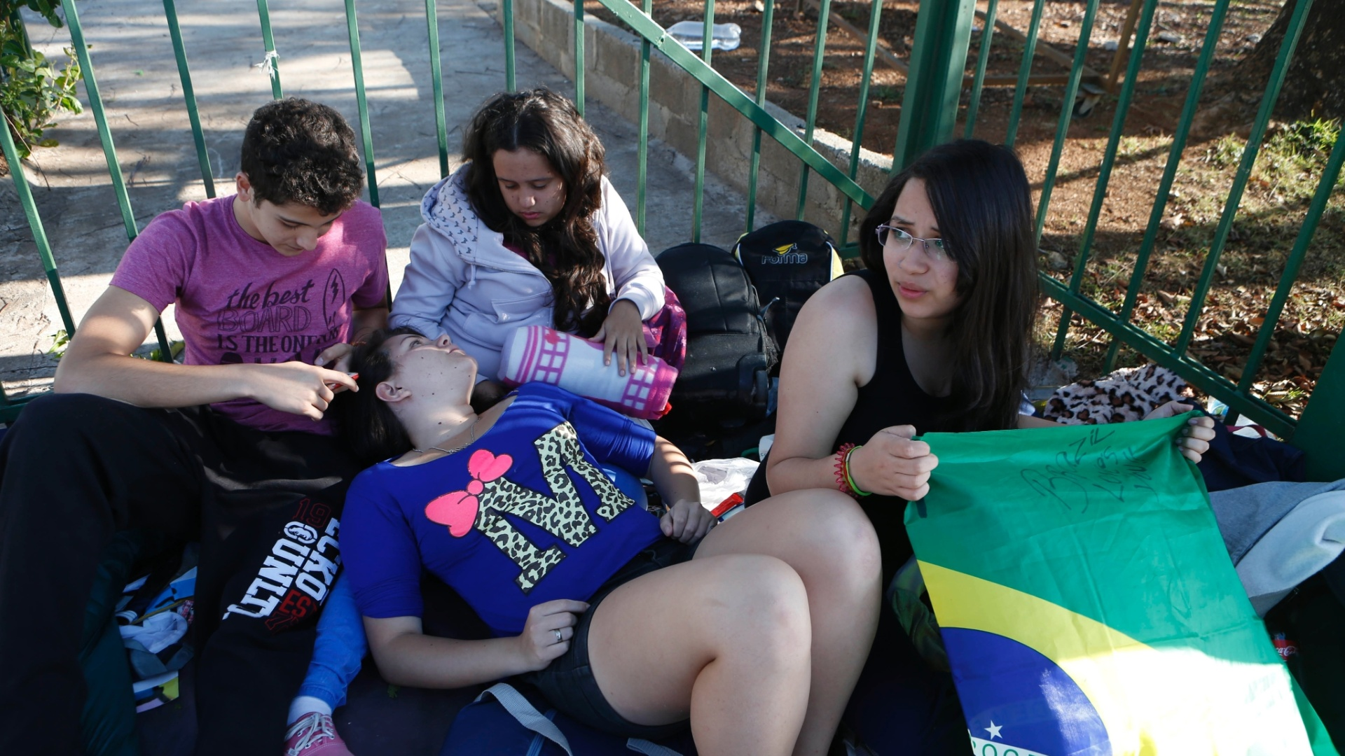 22.set.2014 - De acordo com o grupo de cerca de dez jovens, eles também foram assaltados, atacados por mendigos e obrigados pela Guarda Civil Metropolitana a desarmar as barracas
