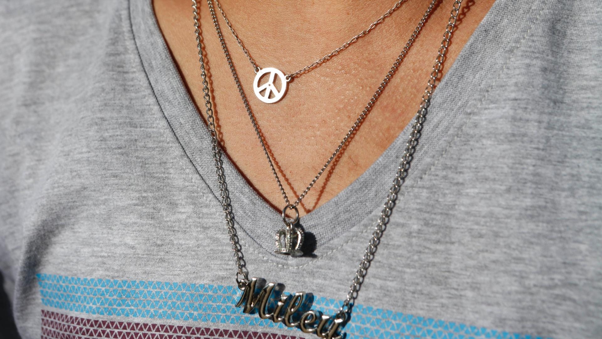 22.set.2014 - Garoto usa corrente com o nome da cantora Miley Cyrus
