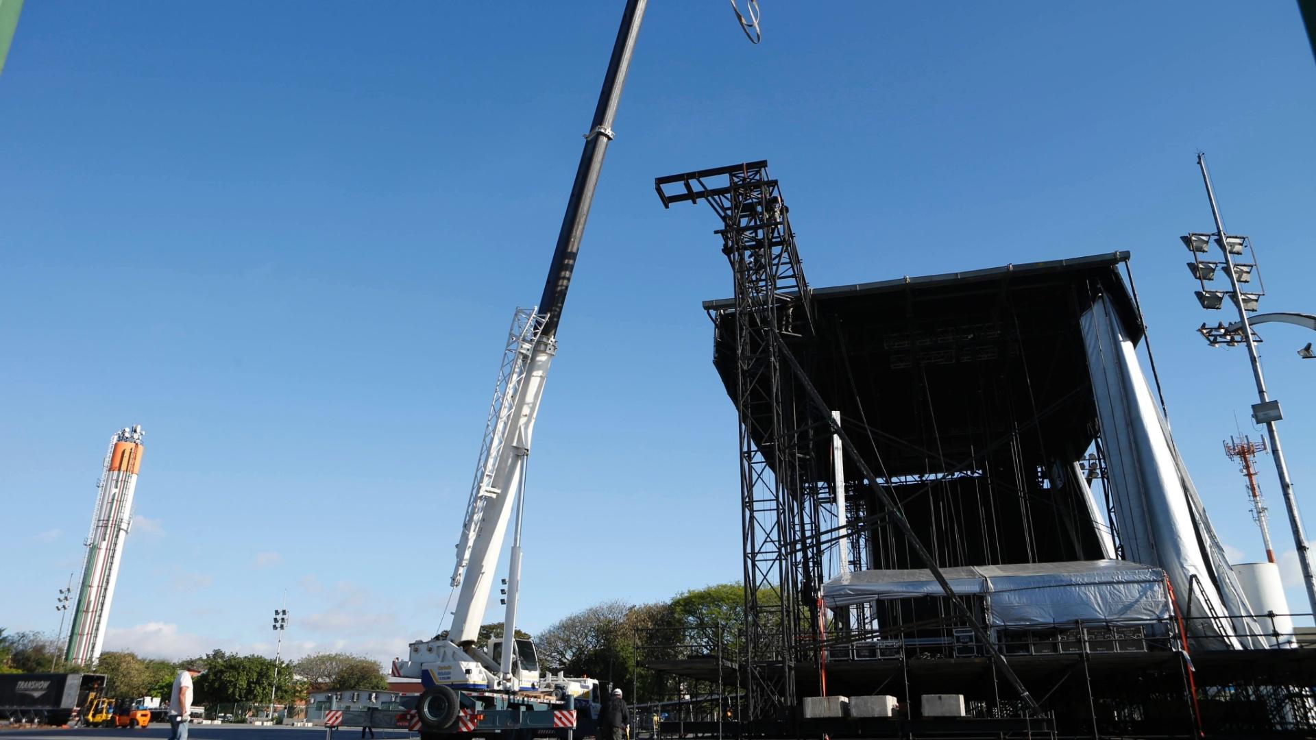 22.set.2014 - Palco para o show de Miley Cyrus é montado no Anhembi, em São Paulo