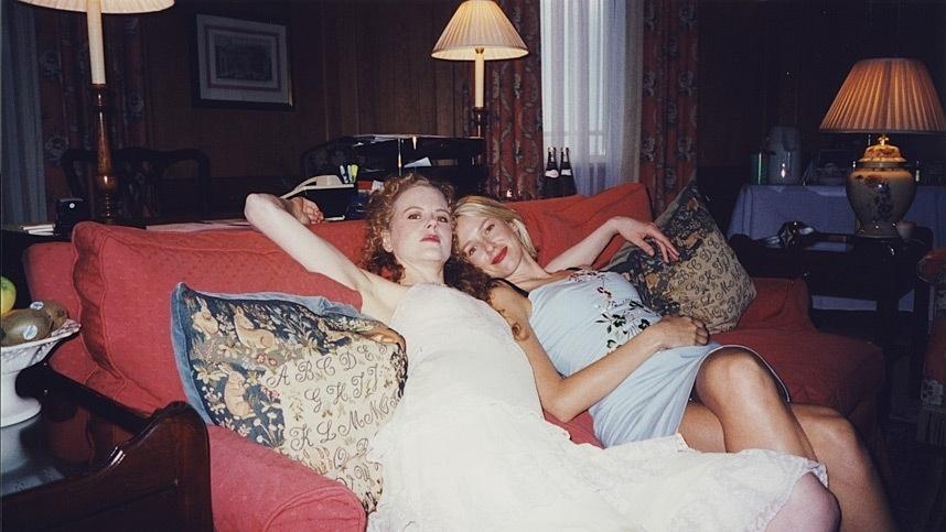 As atrizes Nicole Kidman e Naomi Watts são fotografadas deitadas no sofá