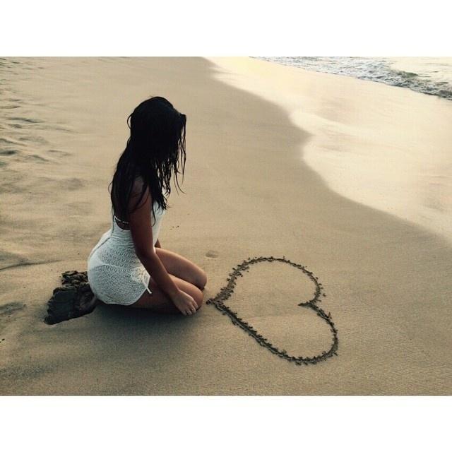 24.set.2014. Bruna Marquezine está romântica. Em Fernando de Noronha para um ensaio de uma revista, a atriz anda escrevendo doces frases e até desenhando coração nas areias
