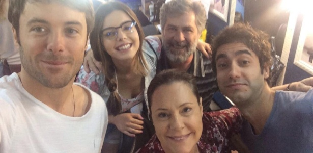 http://imguol.com/c/entretenimento/2014/09/25/de-volta-as-novelas-da-globo-em-alto-astral-substituta-de-geracao-brasil-kayky-brito-comanda-selfie-com-o-elenco-comico-da-trama-que-inclui-leopoldo-pacheco-elizabeth-1411685637200_615x300.jpg