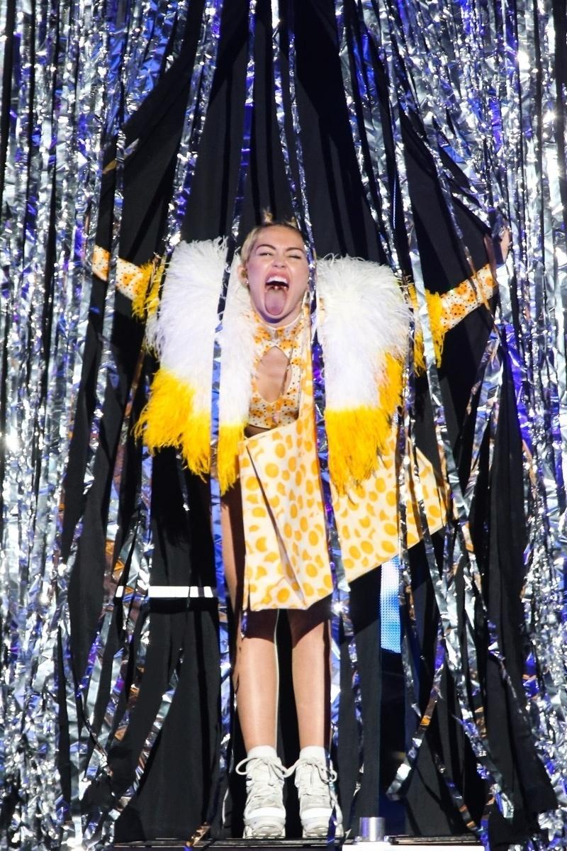 26.set.2014 - A cantora Miley Cyrus se apresenta no Anhembi, em São Paulo