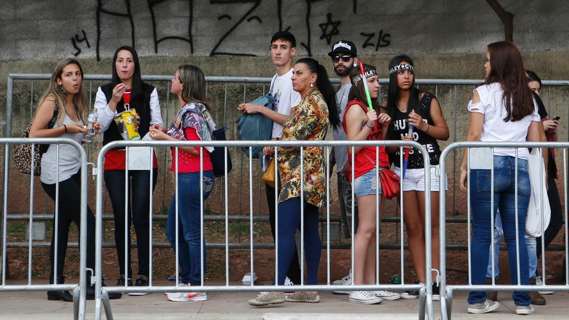26.set.2014 - Fãs formam fila para entrar no show da Miley Cyrus em frentre ao Anhembi, em São Paulo