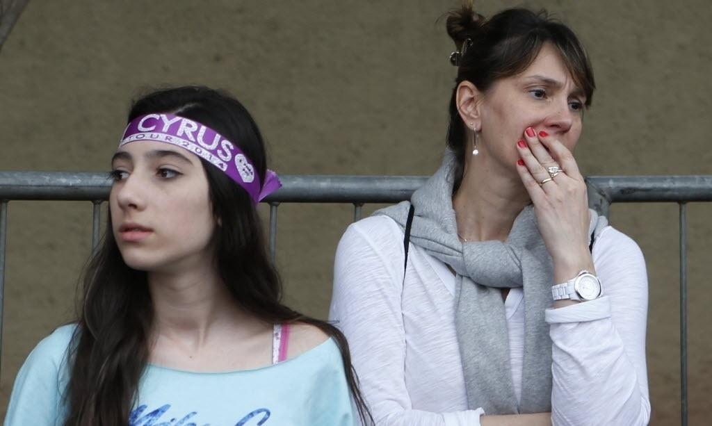 26.set.2014 - Mãe acompanha a filha na fila à espera do show de Miley Cyrus no Anhembi, em São Paulo, local onde acontece a primeira apresentação da cantora no Brasil