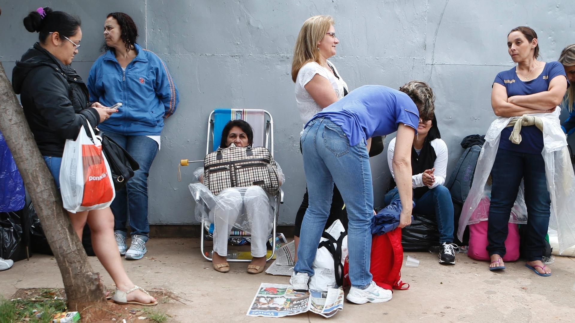 26.set.2014 - Mães de fãs de Miley Cyrus aguardam a abertura dos portões do Anhembi, local onde acontece o primeiro show da cantora no Brasil