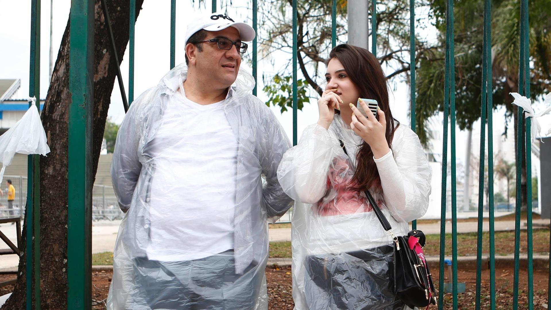 26.set.2014 - Pai acompanha a filha na fila à espera do show de Miley Cyrus no Anhembi, local onde acontece a primeira apresentação da cantora no Brasil