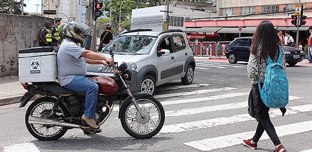 Estar atento ajuda a evitar atropelamentos que podem ferir pedestres e motociclistas