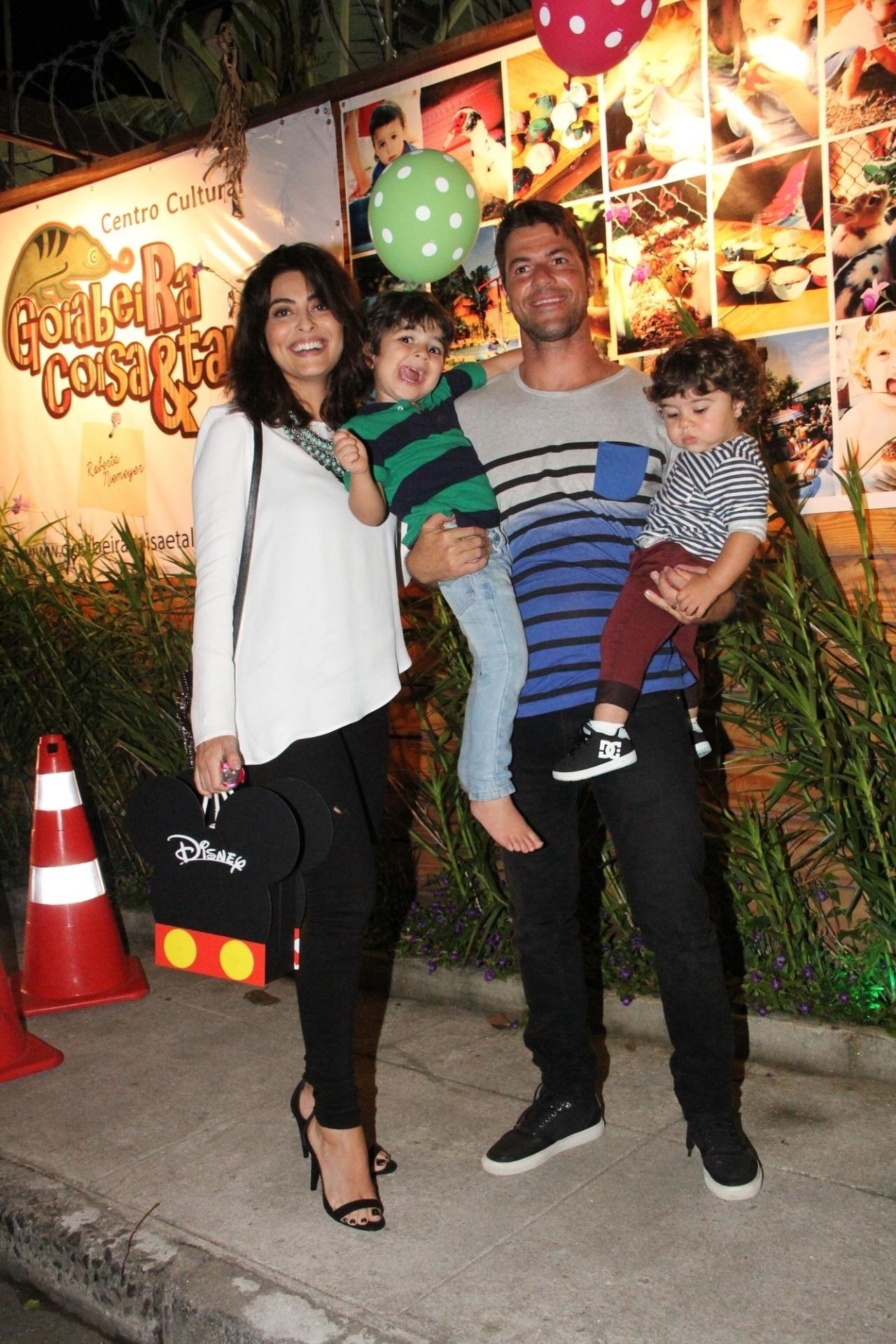 27.set.2014 - Juliana Paes com o marido e os filho