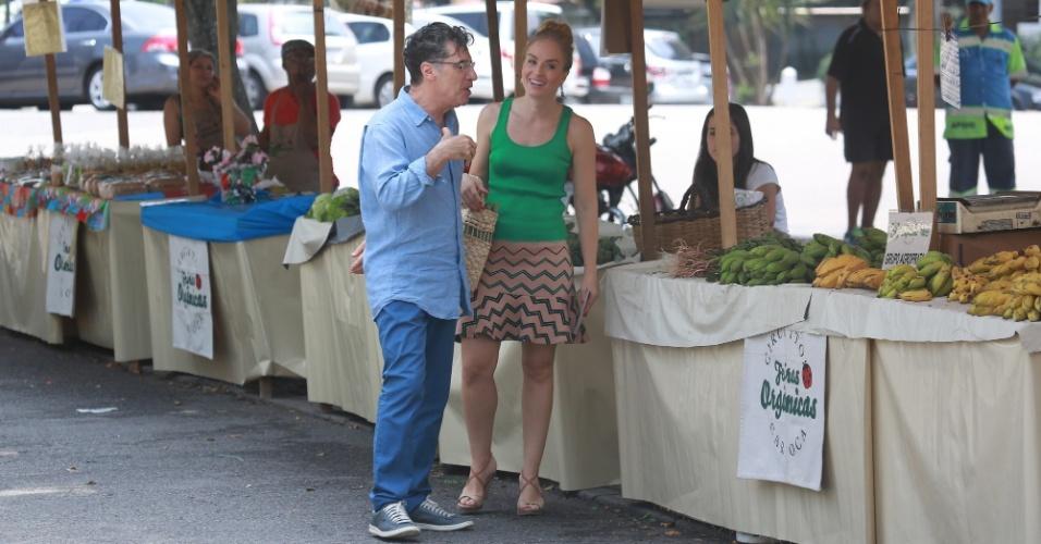 """30.set.2014- Angélica grava com Paulo Betti, o Téo de """"Império"""", entrevista em uma feira orgânica na Barra da Tijuca, zona oeste do Rio, para o """"Estrelas"""""""