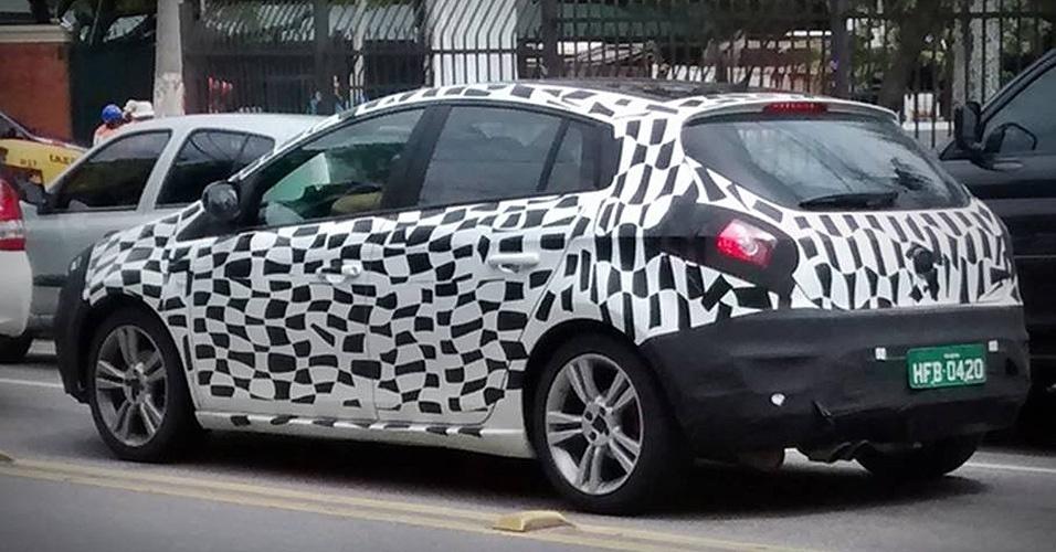Fiat Bravo circula camuflado pela zona sul de São Paulo; hatch terá retoques leves e deve ser lançado como ano-modelo 2015, talvez no Salão de São Paulo