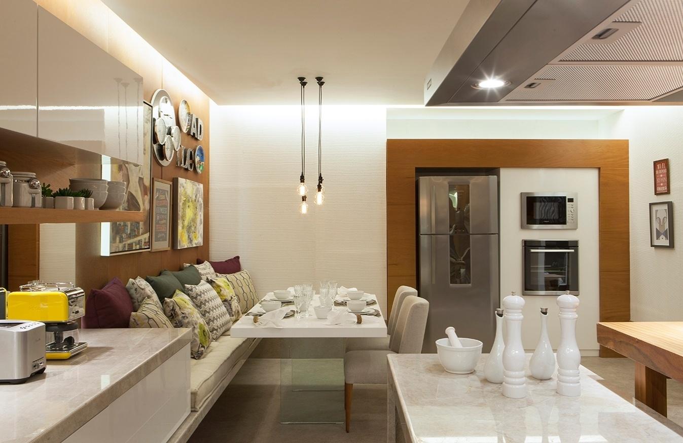 Para a Cozinha Andréia Drumond e Larissa Cabral criaram uma área de  #C09D0B 1347 874