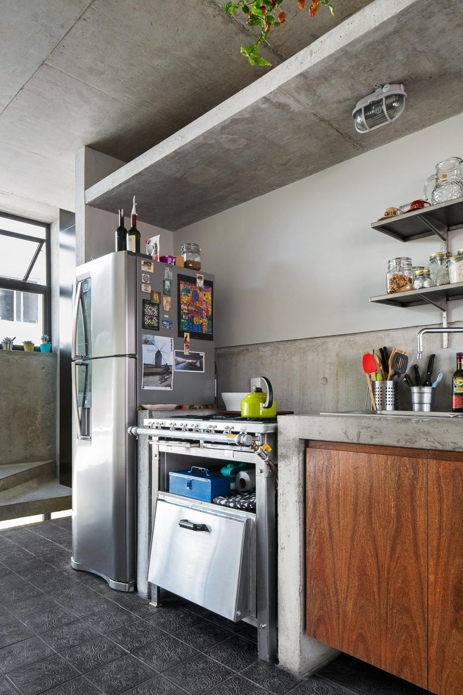 Ao cinza do concreto que compõe paredes e forro é alinhado o aço dos eletrodomésticos e o tom chumbo do ladrilho hidráulico, da Ladrilhar. A decoração do apê Vila Aspicuelta leva a assinatura do arquitetos Rafael Loschiavo e Veronica Molina