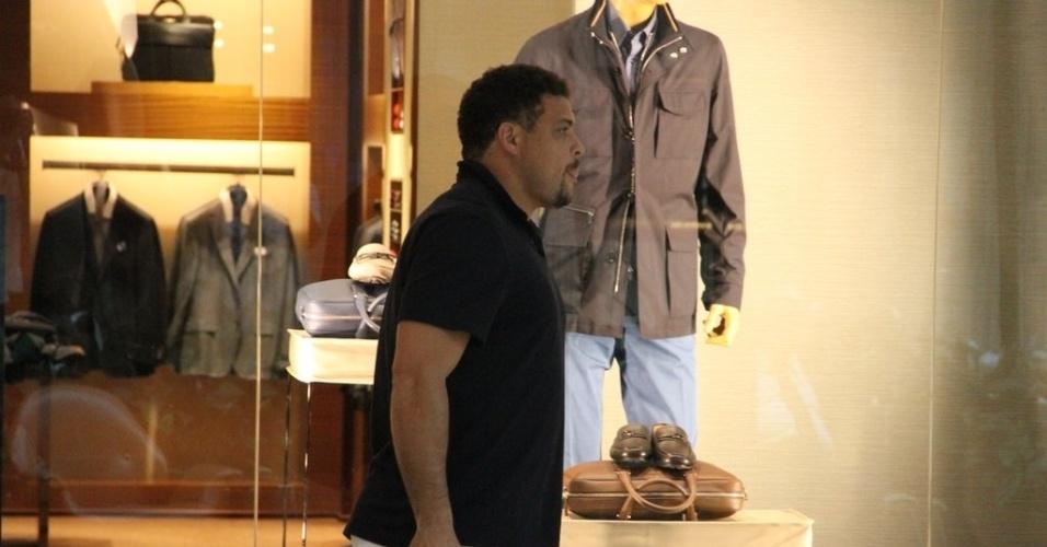 02.out.2014- O ex-atacante da seleção brasileira resolveu fazer umas comprinhas em um shopping na zona oeste do Rio. Cheio de sacolas, o Fenômeno andou apressado pelos corredores do local