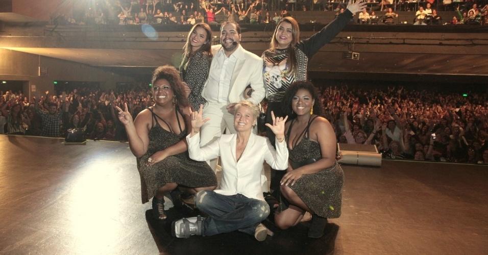 3.out.2014 - Bruna Marquezine, Sacha e Xuxa tiram foto com Tiago Abravanel no final do show