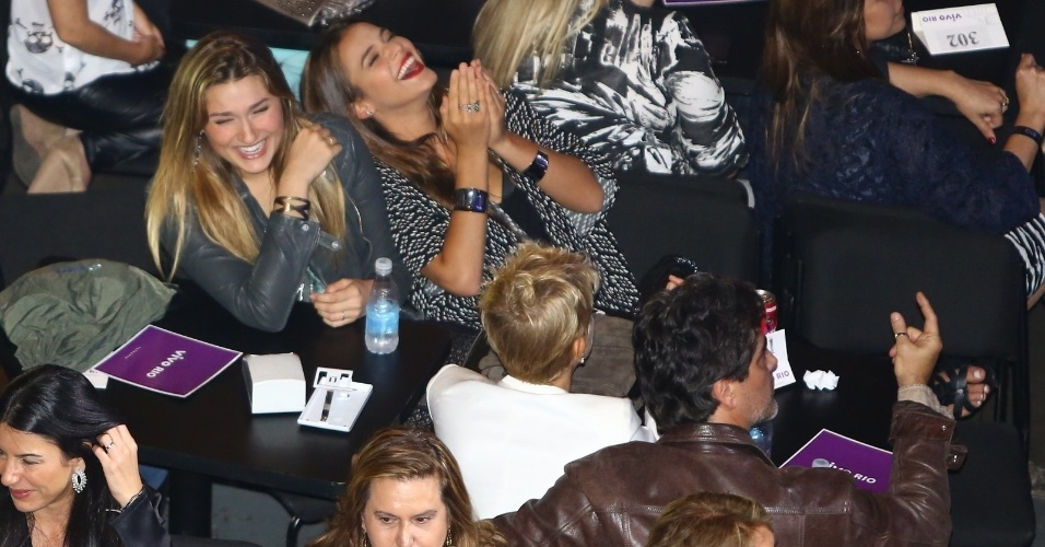 3.out.2014 - Sasha e Bruna Marquezine estavam entre as mais animadas no show de Tiago Abravanel