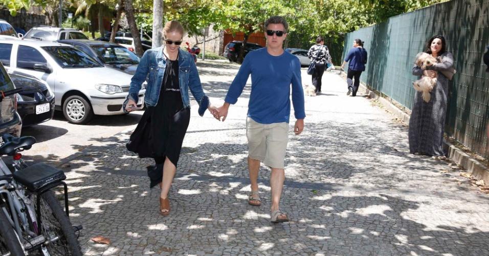 5.out.2014 - Angélica e Luciano Huck chegam para votar