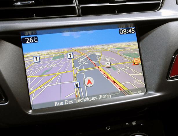Navegação integrada do novo Citroën DS3: esse tipo de sistema já chega ao consumidor obsoleto, se comparado à agilidade de atualização dos smartphones