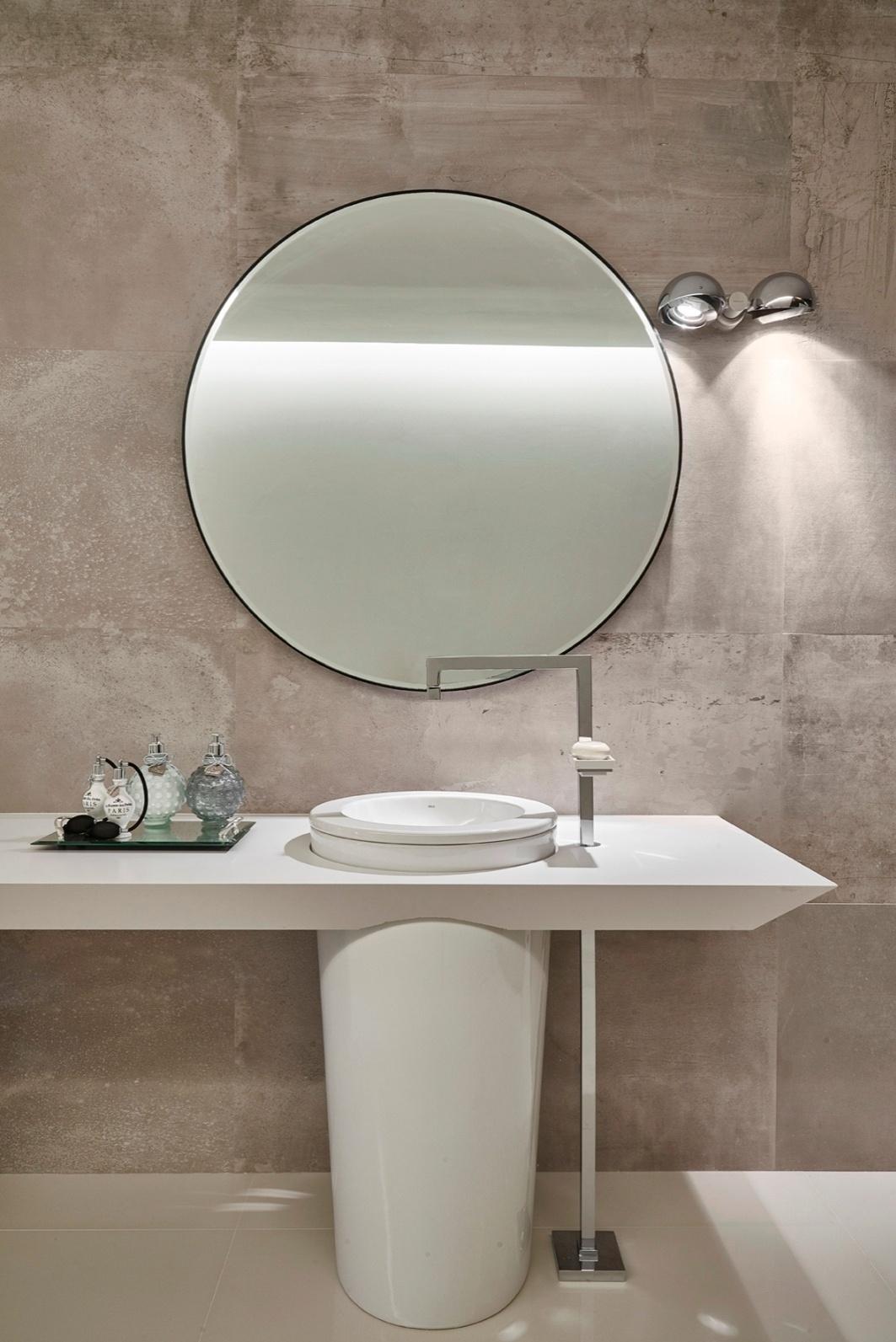 Detalhe do espaço do banheiro delimitado por uma fluida cortina no  #5F4E3F 1063 1593