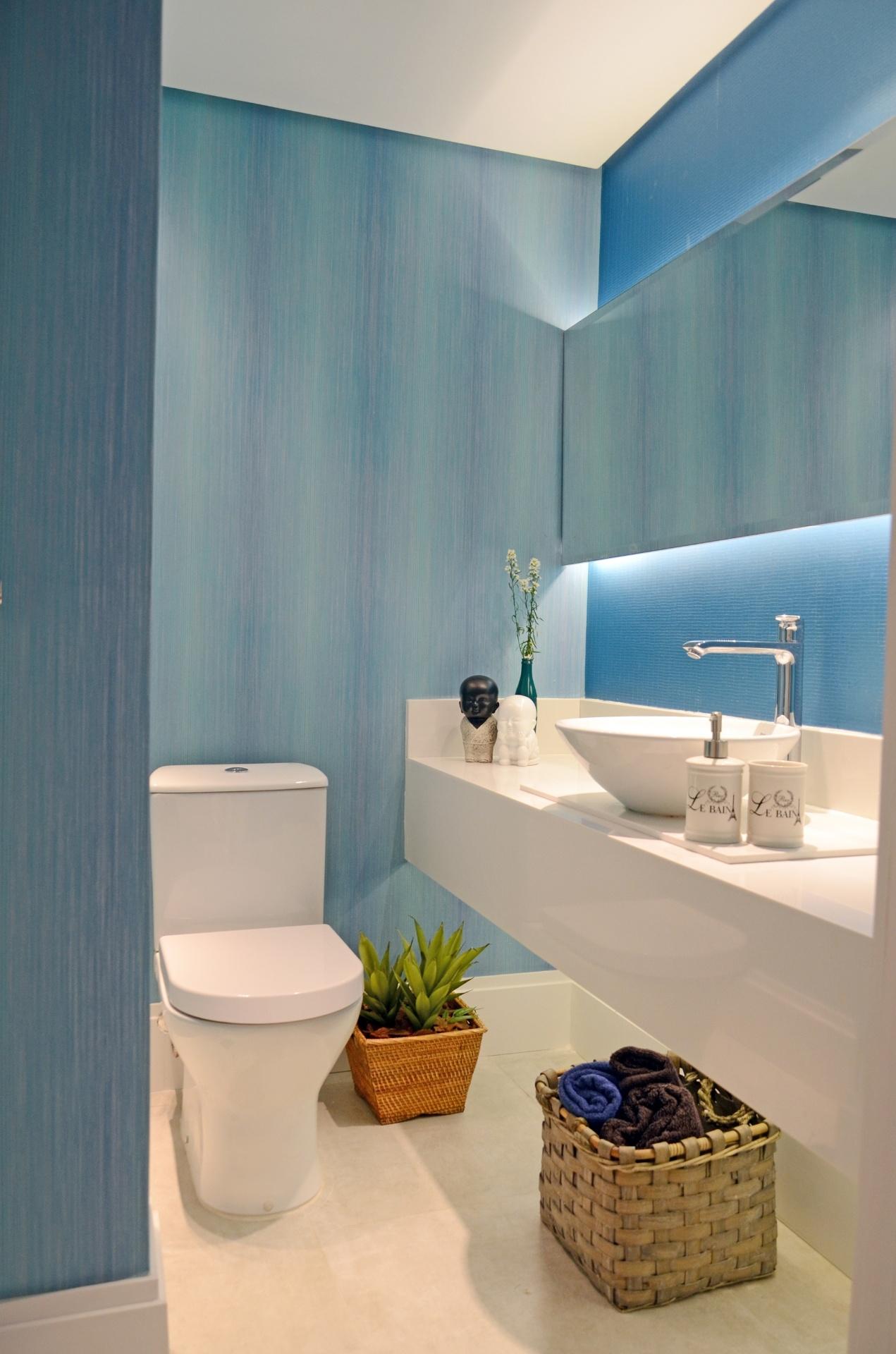 Detalhe do espaço do banheiro delimitado por uma fluida cortina no  #866734 1271x1920 Bancada Banheiro Rj
