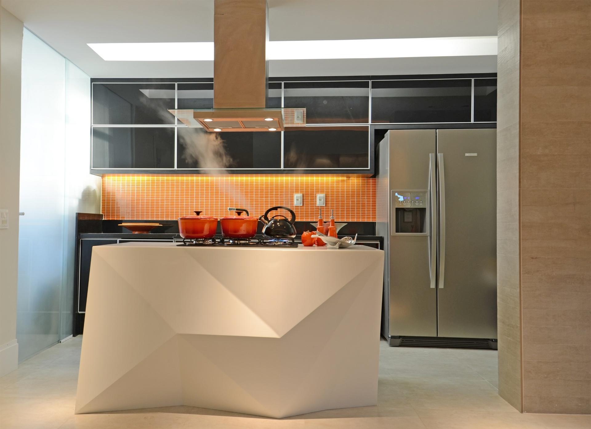 Detalhe do espaço da cozinha delimitado por uma fluida cortina no  #BC3B0E 1920x1394