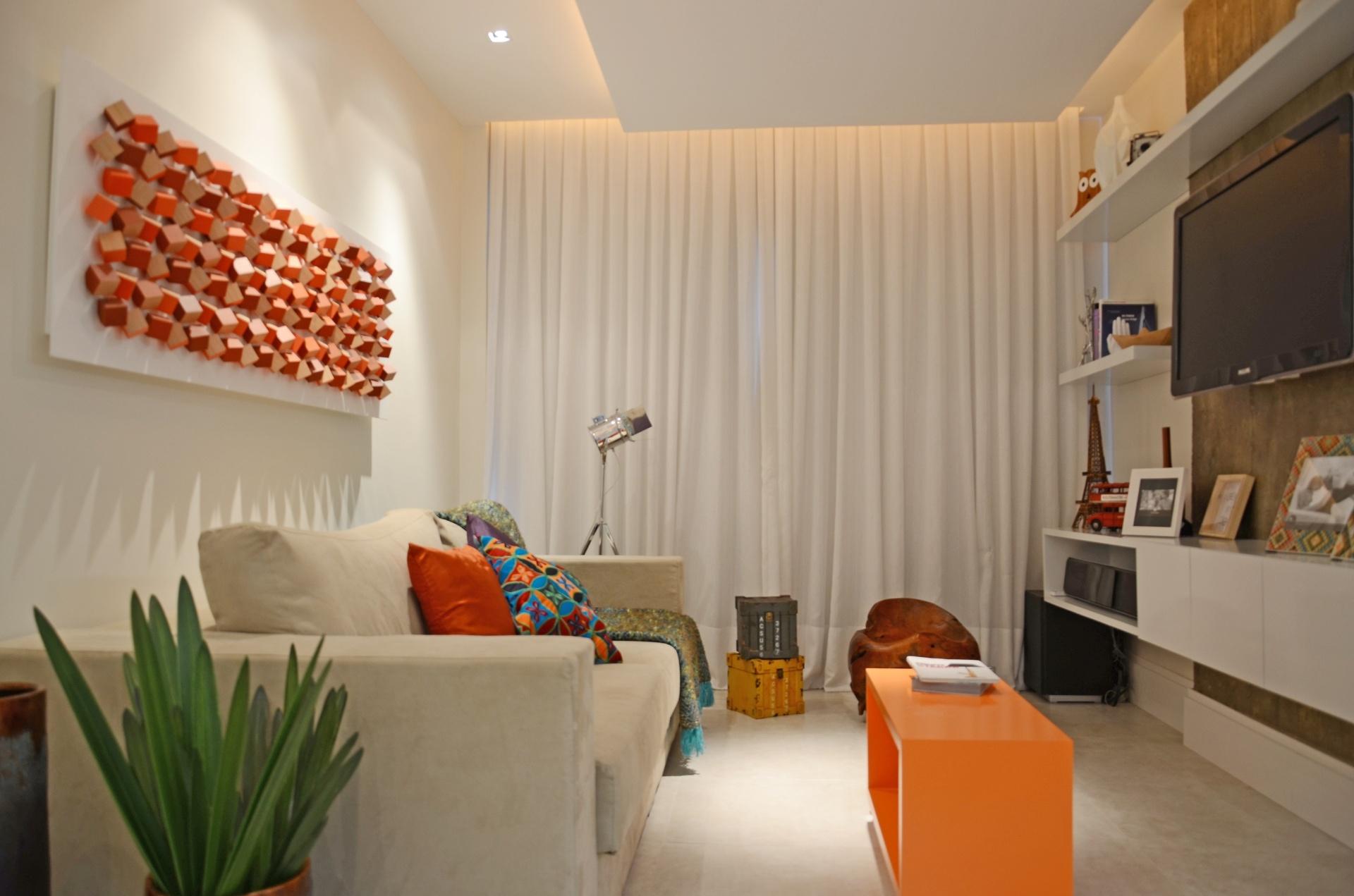 No home theater, a superfície de fundo em relação à TV é um pilar estrutural de concreto