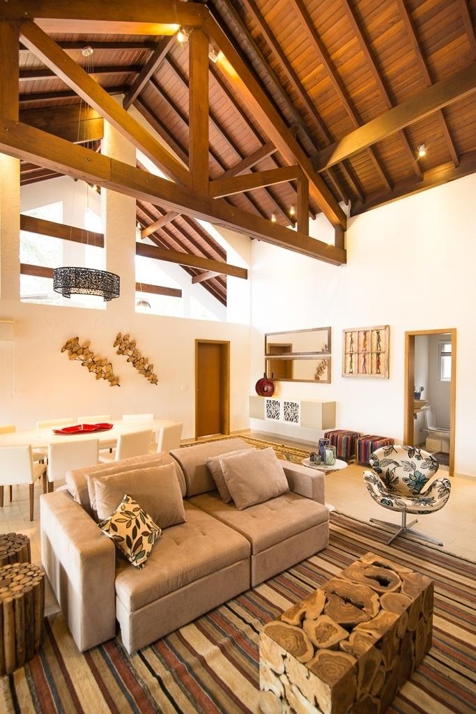 O tapete delimita o espaço de estar, localizado no amplo living projetado por Flávia Ralston