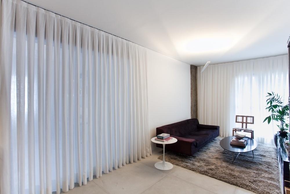 Em vez de fechar os ambientes com paredes e portas convencionais, o decorador Marcel Steiner adotou uma cortina de gaze de linho (ao lado do sofá) para delimitar as áreas de estar e do escritório do apartamento Bruxelas