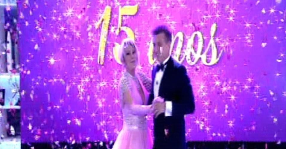 9.out.2014 - Luciano Huck e Ana Maria Braga se vestem de debutantes e dançam valsa para comemorar os 15 anos de ambos na Globo