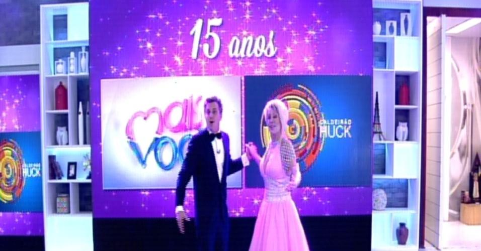 9.out.2014 - Luciano Huck e Ana Maria Braga se vestem de debutantes para comemorar os 15 anos de carreira de ambos na Rede Globo