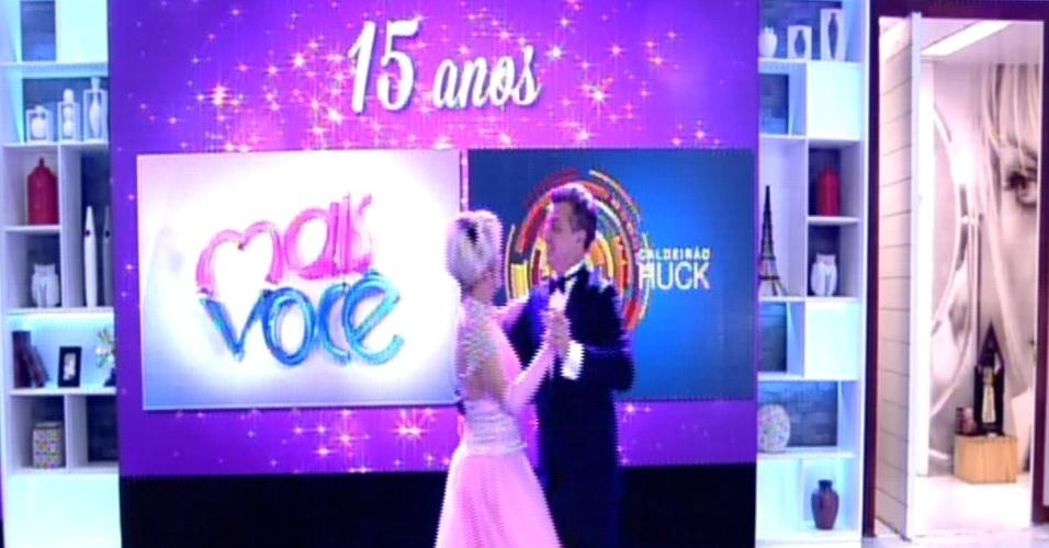 9.out.2014 - Vestidos como debutantes, Luciano Huck e Ana Maria Braga dançam valsa para comemorar os 15 anos de ambos na Globo
