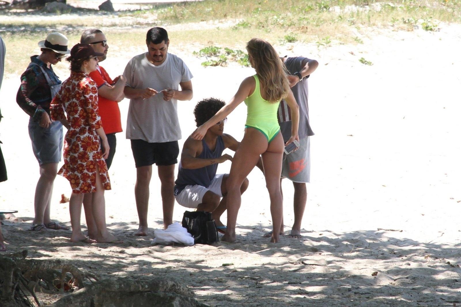 10.out.2014 - Deborah Secco exibe boa forma em maiô cavado ao fazer ensaio fotográfico na Barra da Tijuca, no Rio de Janeiro