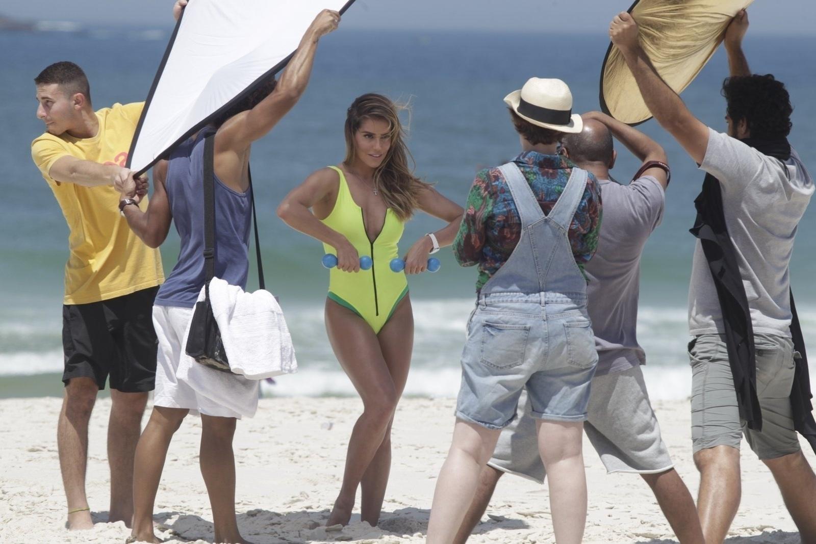 10.out.2014 - Deborah Secco faz ensaio fotográfico em praia da barra da Tijuca, no Rio de Janeiro