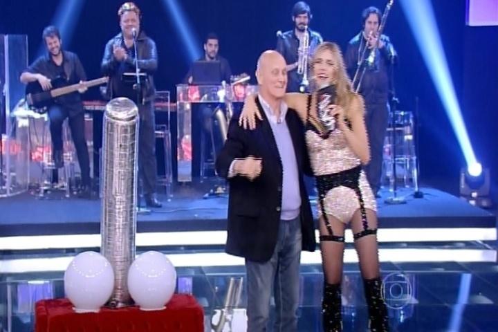"""9.out.2014 - Fernanda Lima faz brincadeira com seu pai, Cleomar Lima, e sugere que ele interaja com um pênis gigante na estreia da nova temporada do """"Amor & Sexo"""", na noite desta quinta-feira"""
