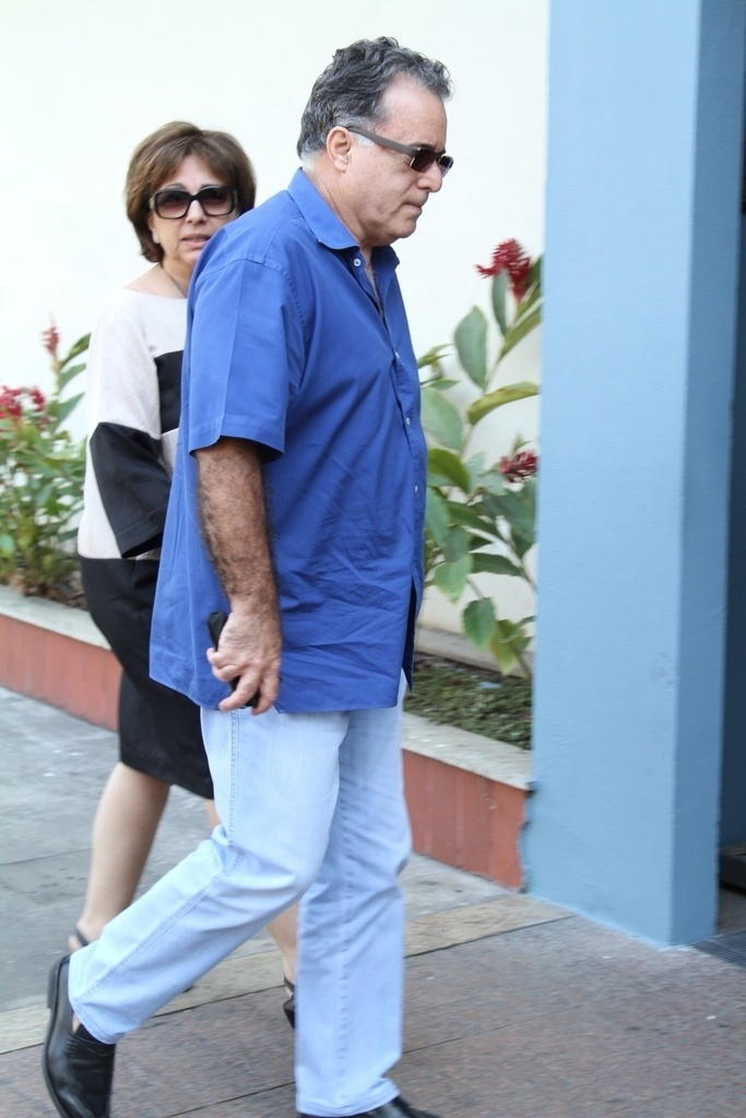 10.out.2014 - Tony Ramos e sua mulher, Lidiane, chegam ao Memorial do Carmo, no Rio de Janeiro, para o velório de Pedro Almeida, filho ao autor Manoel Carlos