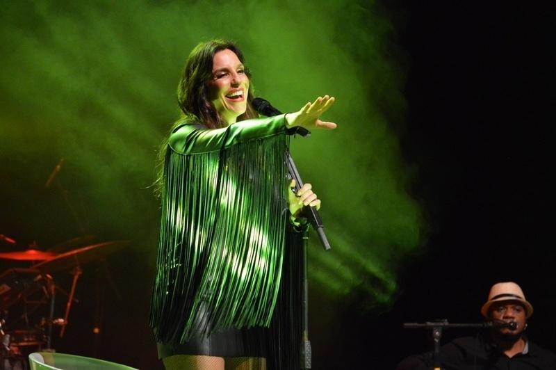 9.out.2014 - Ivete Sangalo se apresenta em show beneficente no palco do teatro Guararapes, um das casas mais tradicionais do Recife, em Pernambuco