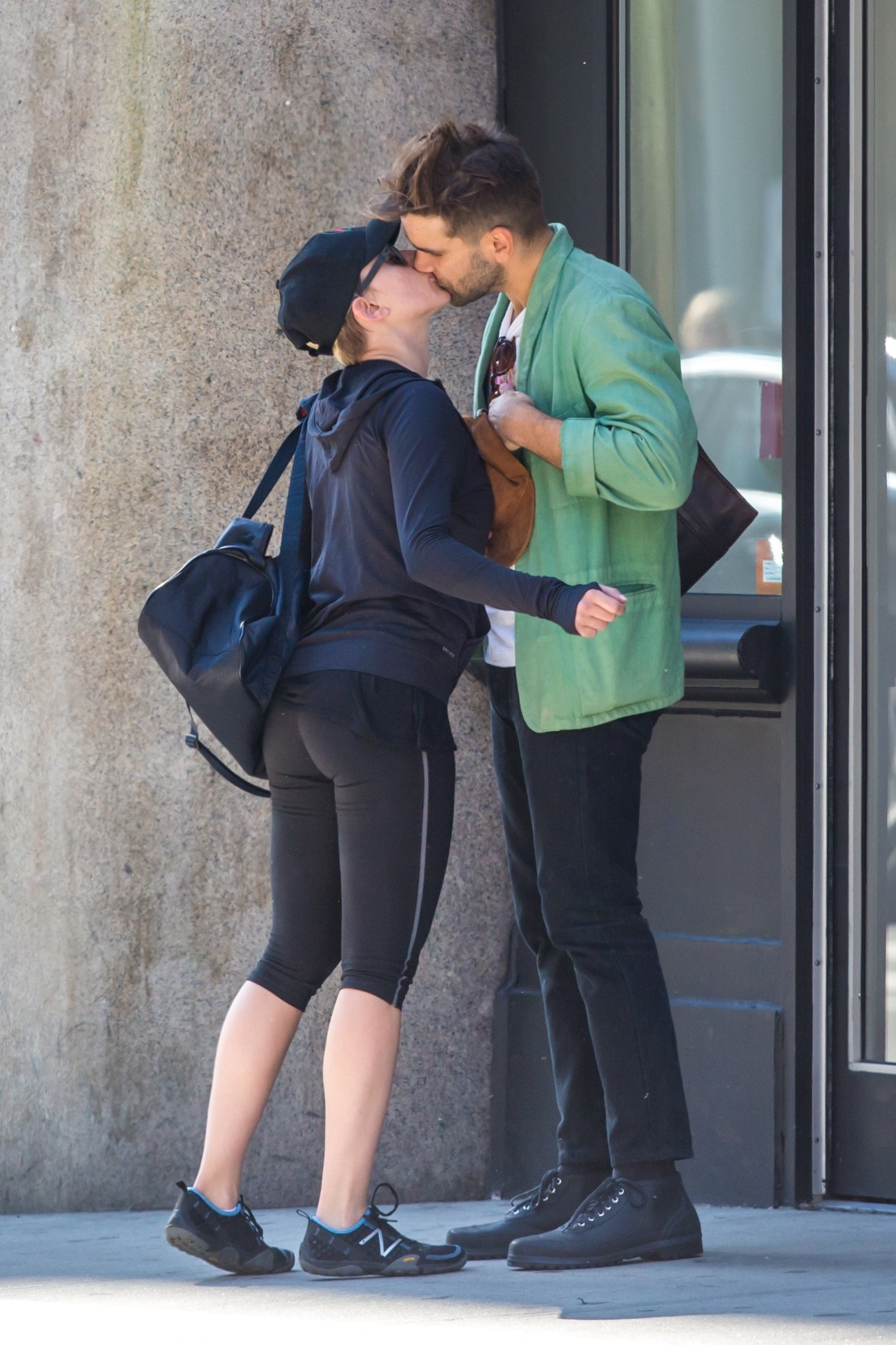 9.out.2014 - Scarlett Johansson aparece em público pela primeira vez após dar à luz sua primeira filha, Rose. Ela estava em um momento romântico com o noivo, o jornalista francês Romain Dauriac