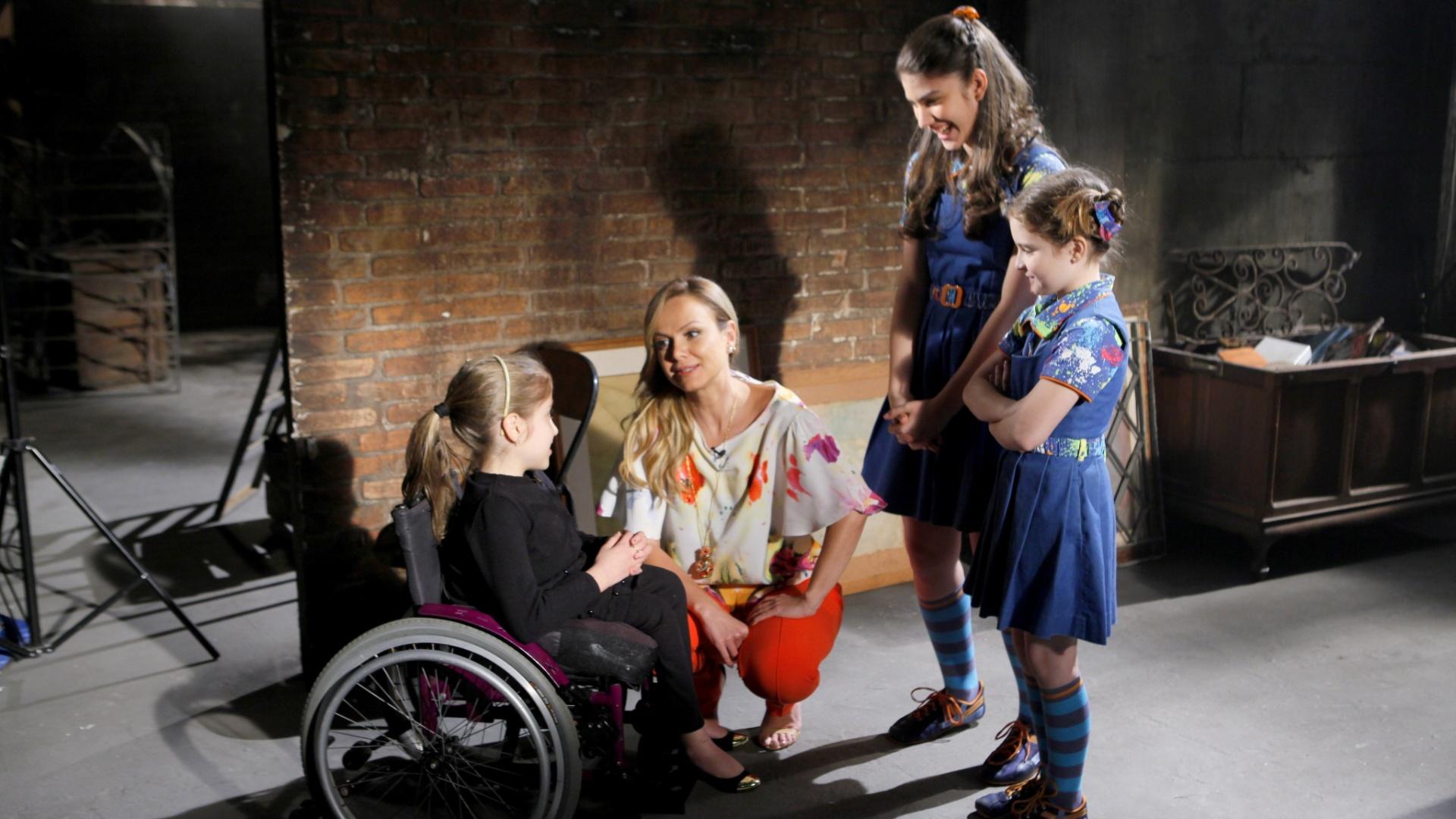 Eliana grava vinheta da campanha Teleton com a criança símbolo deste ano, Ana Julia, e as participações das atrizes de