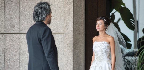 Vestida de noiva, Maria Clara (Andreia Horta) encontra com o pai, José Alfredo (Alexandre Nero) no dia do seu casamento