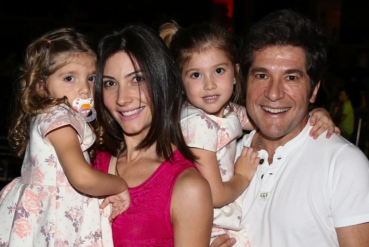 11.out.2014 - Sertanejo Daniel, sua mulher Aline de Pádua e filhas vão ao show do grupo Palavra Cantada para comemorar o Dia das Crianças