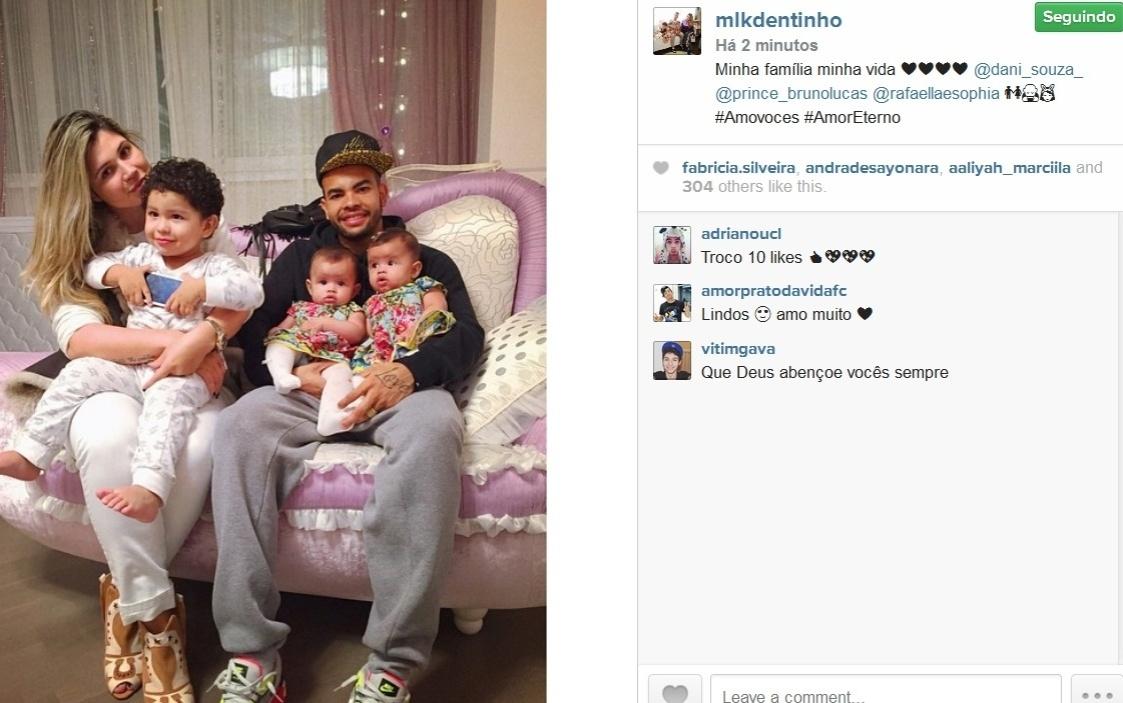 13.out.2014 - Dentinho posa com a mulher Dani Souza e os filhos, Bruno Lucas, Rafaella e Sophia: