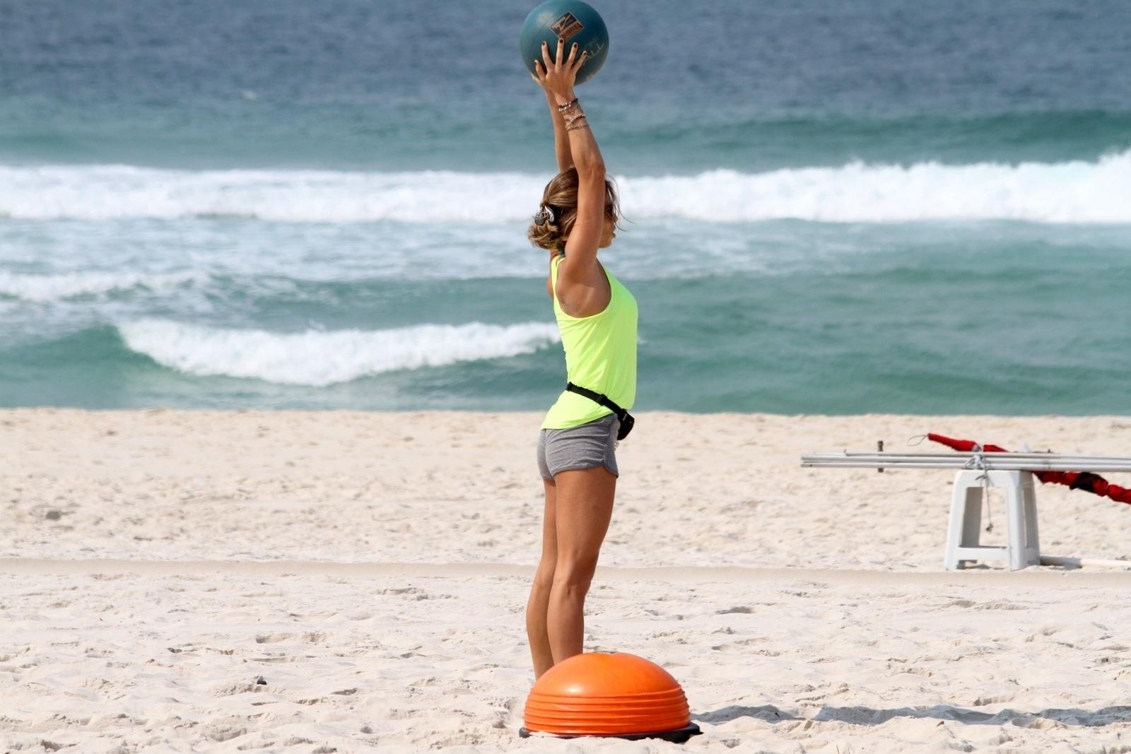 13.out.2014- Grazi Massafera não pensa duas vezes na hora pegar pesado na malhação. Nesta segunda-feira(13), a atriz se exercitou nas areias da praia da Barra da Tijuca