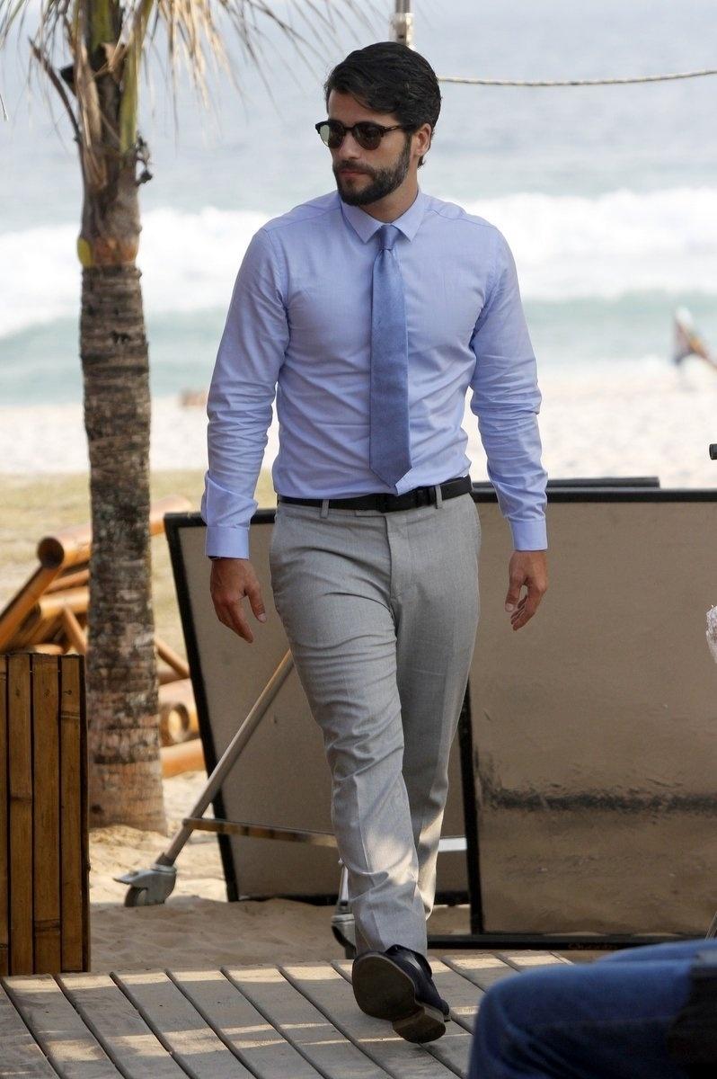 13.out.2014- Bruno Gagliasso enfrentou um calor de quase 40º graus na praia da Barra da Tijuca para gravar cenas da série