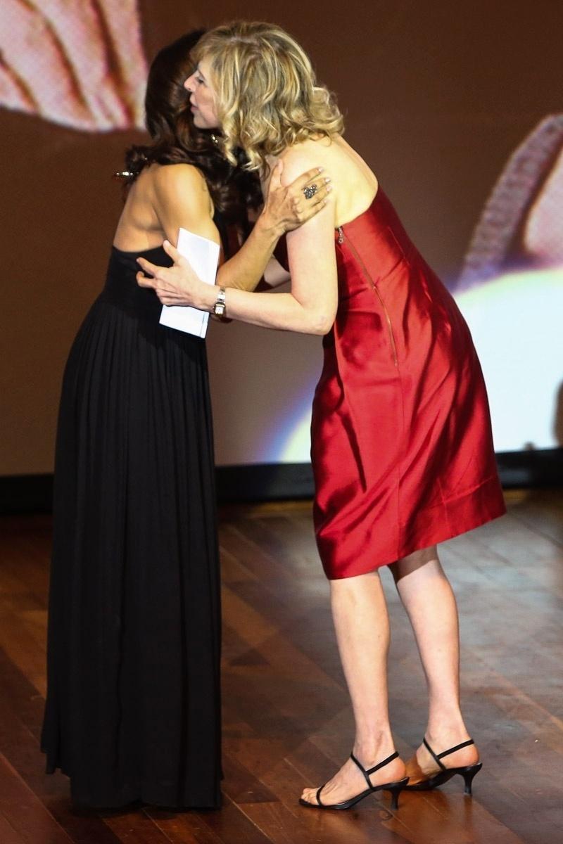 14.out.2014 - Dira Paes cumprimenta Marília Gabriela no Prêmio Claudia 2014, no Auditório Ibirapuera, dentro do Parque Ibirapuera, na zona sul de São Paulo, nesta terça-feira
